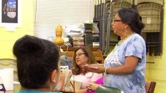 Mujer cuenta cómo ha ayudado a muchos para ciudadanía