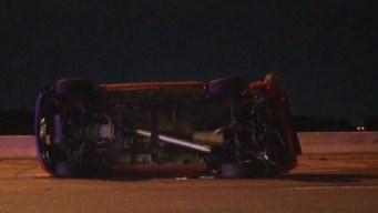 Dallas: Cierran autopista I-35E por vehículo que volcó