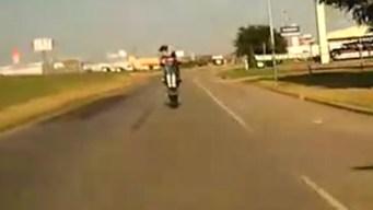 Buscan a motociclista que huyó de policía en Blue Mound