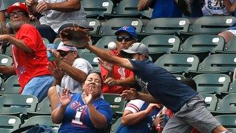 Fan de los Texas Rangers recibe pelotazo en la frente