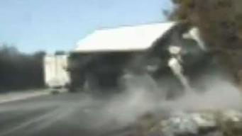 Dramático video: se les viene un camión encima