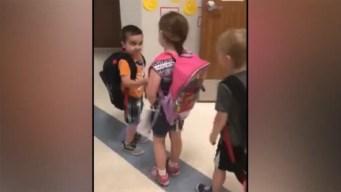 Viral: Niño abraza a compañeros de clase como terapia
