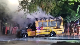 Autobús escolar se incendia en Irving