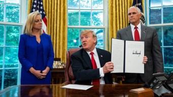 Trump firma orden para mantener a familias unidas