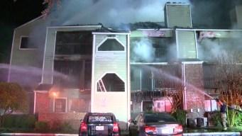 Madre lanza a niños para salvarlos de incendio en Dallas
