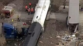 Tren parte en dos a un camión en el condado Denton