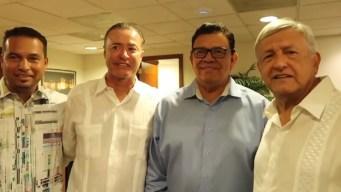 """AMLO se reúne con """"El Toro"""" Valenzuela y elogia a Maradona"""
