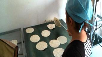 Venden tortillas para financiar búsqueda de familiares