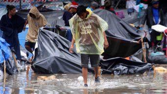 Migrantes de caravana entre piojos, lodo y enfermedades