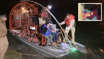 Familia con dos bebés es rescatada del Río Grande