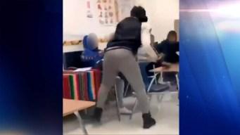 Maestra sustituta golpea con violencia a estudiante en el rostro