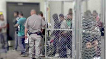 """Jueza bloquea deportaciones """"express"""" a ciertos migrantes"""
