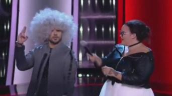 """Luis Fonsi le """"roba"""" la peluca a una participante de La Voz"""
