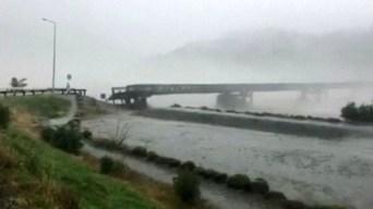 Dramático video: colapsa puente por lluvias torrenciales
