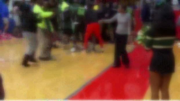 [TLMD - Dallas] Alumnos de prepa se pelean en partido de baloncesto