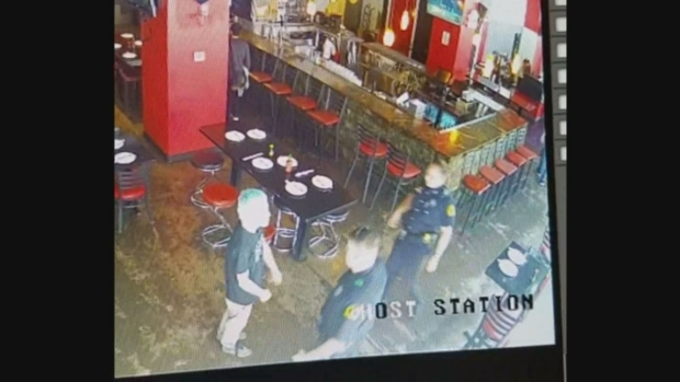 Hombre orina sobre una patrulla y golpea a policía de Dallas