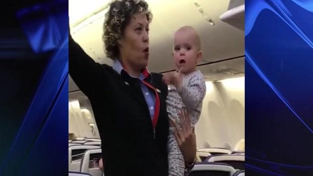 "[TLMD - NATL] Viral: bebita ""inquieta"" en brazos de azafata"