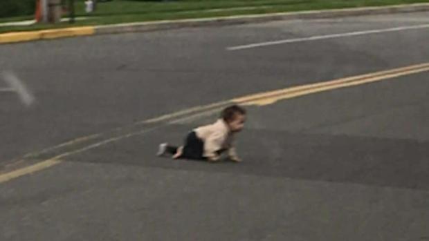 Bebé de 10 meses detiene el tráfico al gatear en plena calle