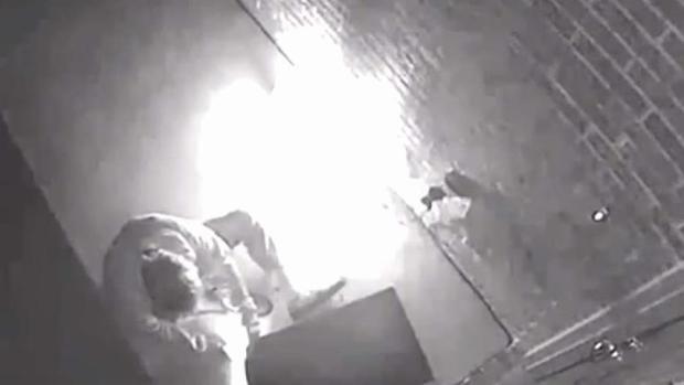 [TLMD - Dallas] Buscan a hombre por incendiar adornos navideños