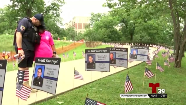 Policía de Dallas honra compañeros caídos