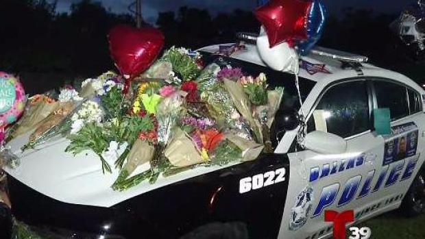 [TLMD - Dallas] Comunidad honra memoria de policía baleado en Dallas