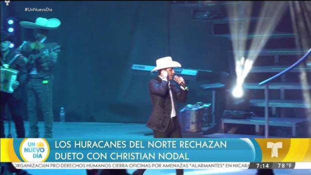 Enrique Iglesias le planta tremendo beso a una fan