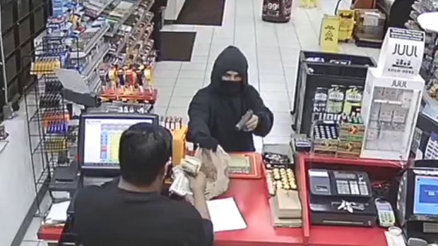 [TLMD - Dallas] Buscan a sospechosos de robo a mano armada en Garland