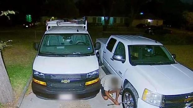 En Oak Cliff: captados en video robando llantas