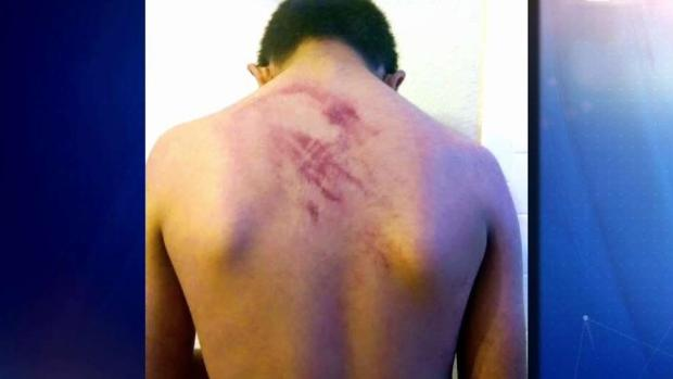 [TLMD - Dallas] Madre de niño golpeado se enfrenta a policía escolar