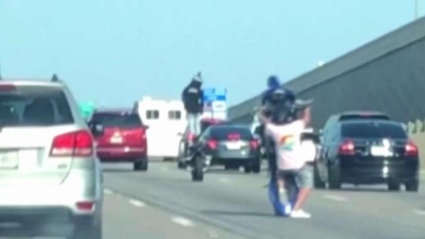 [TLMD - Dallas] Motociclistas causan alerta en autopistas del Metroplex