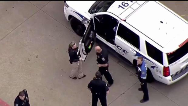 [TLMD - Dallas] Muere en estacionamiento de un complejo de apartamentos