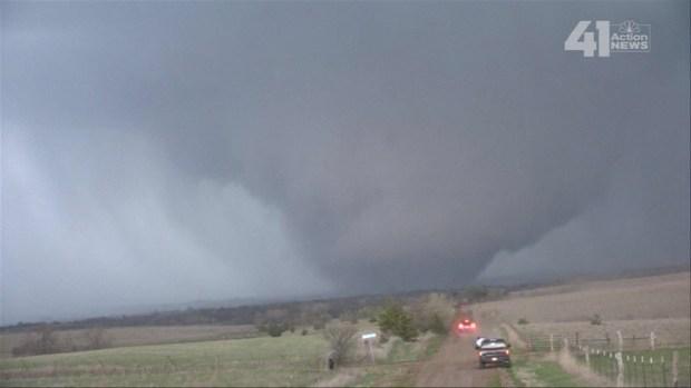 Impresionante tornado queda captado en cámara