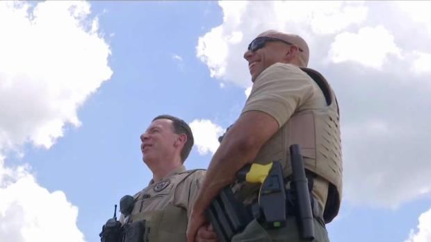 [TLMD - Dallas] Oficial de Grand Prairie realiza acto heroico