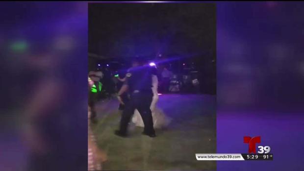 Oficiales llegaron por una queja y se quedaron a bailar en plena boda
