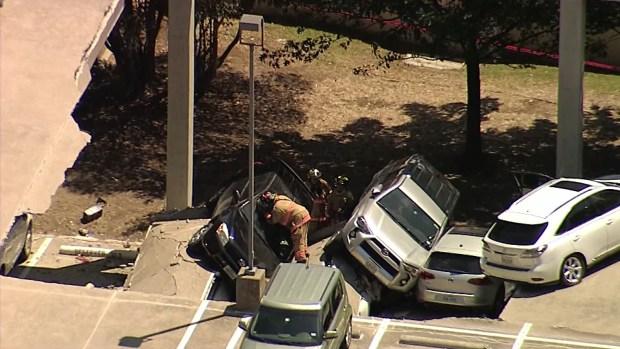 Irving: Colapsa estacionamiento con varios vehículos en el mismo
