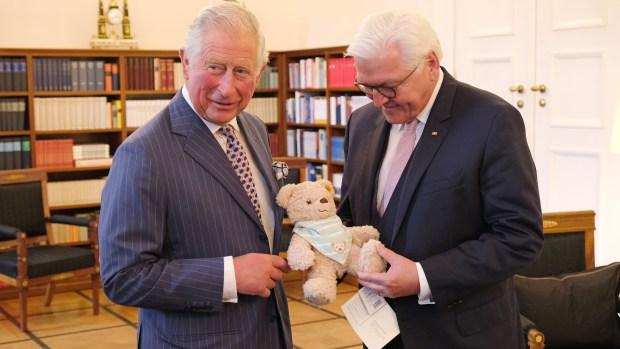 Presidente alemán regala osito de peluche al príncipe Carlos