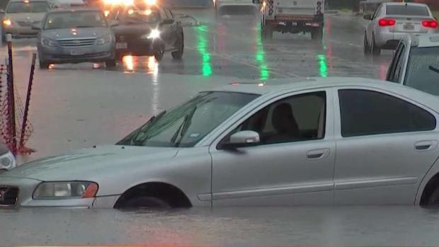 [TLMD - Dallas] Rescatan a conductores tras inundaciones en Fort Worth