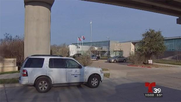 Disparan contra estación de policía en Dallas