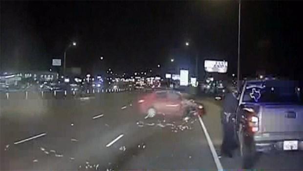 Policia texana se salva de morir en choque