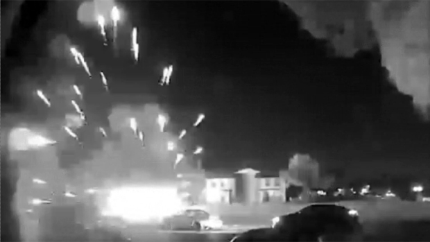 Fuegos artificiales en un vecindario en Fort Worth
