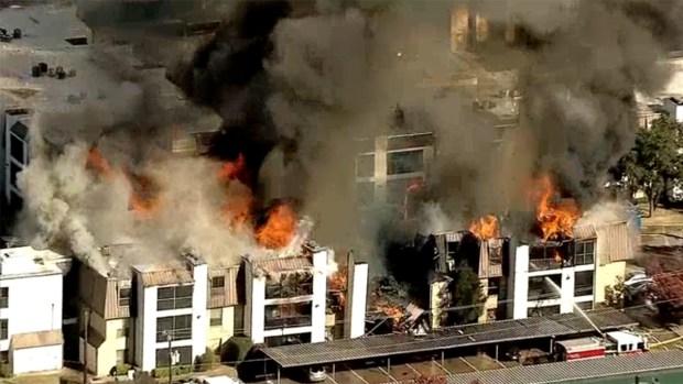 Incendio destruyó complejo de viviendas en Dallas