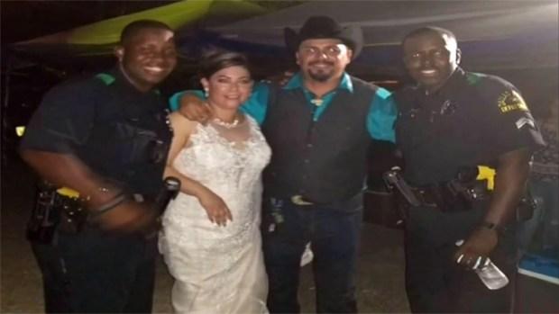 Viral: policías de Dallas bailan en boda