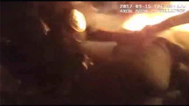 [TLMD - Dallas] Policías de Grand Prairie salvan a mujer de incendio