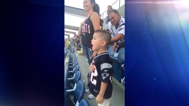 [TLMD - NATL] Viral: adorable niño de 3 años cantando el Himno Nacional en estadio
