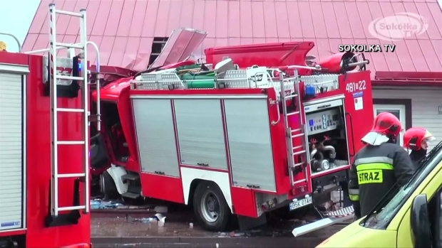 [TLMD - LV] Camión de bomberos se estrella y termina incrustado en vivienda