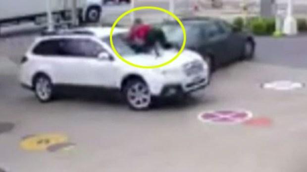 Mujer se lanza sobre su camioneta para impedir que se la roben