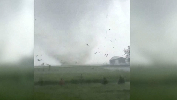 [TLMD - LV] Captado en video: infernal tornado destruye todo a su paso en Iowa