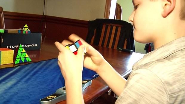 Niño les gana a adultos con el cubo de Rubik