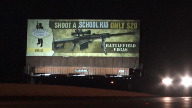 """Dispara a un estudiante por solo $29"": valla publicitaria controversial en Las Vegas"
