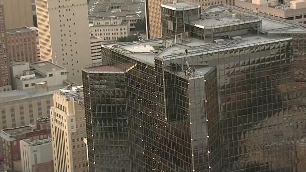 Vientos rompen ventana de edificio en Fort Worth